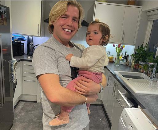 ابنة جاك فينشام بلوسوم تقضي الوقت مع عمها أوليفر.