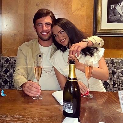 جاك يستمتع بالمشروبات مع صديقته السابقة كوني أوهارا.