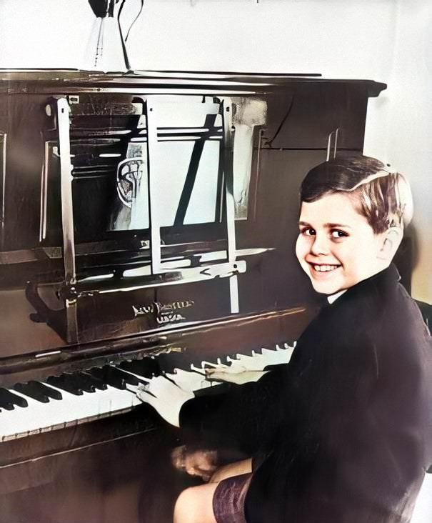 صافي ثروة إلتون جون إلتون في البيانو