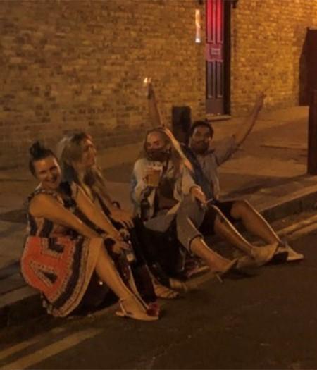 أديل تستمتع بالمكاييل مع أصدقائها في لندن.